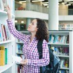3625006753-estudante-universitario-pegando-livro-na-biblioteca-faculdade-universidade-enem-prouni-7.jpg
