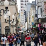 Movimento-no-comrcio-em-Santa-Catarina-pessoas-com-mscaras-em-razo-do-coronavrus.jpg